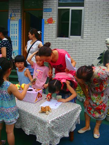 """幼儿园举行第六届""""毕业班玩具义卖活动"""""""